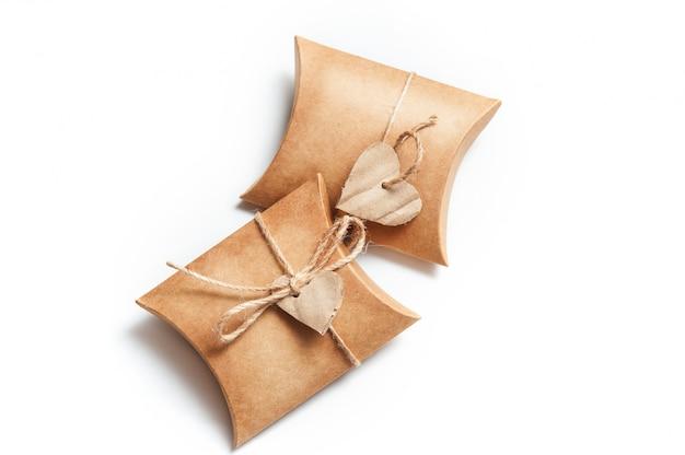 Deux boîtes pour des cadeaux avec des coeurs sur blanc