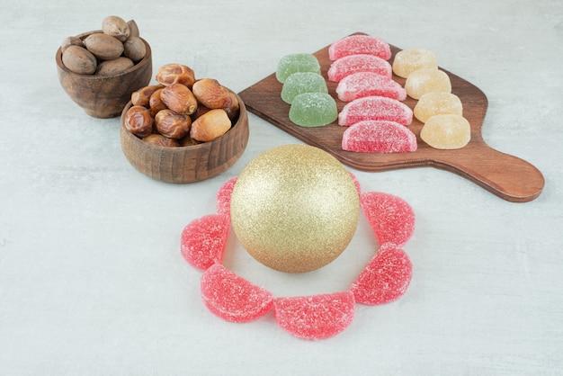 Deux bols en bois avec fruits secs et noix sur fond blanc. photo de haute qualité