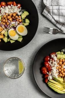 Deux bols de nourriture