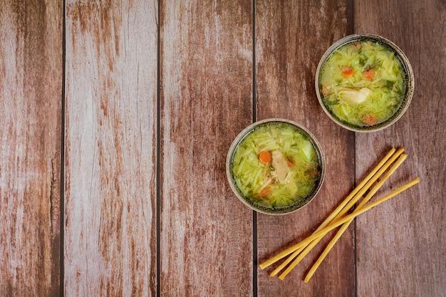 Deux bols de soupe de nouilles au poulet