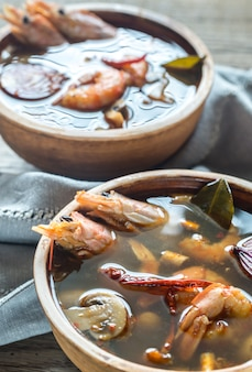 Deux bols de soupe thaï tom yum