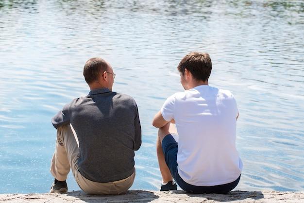 Deux bons amis communiquent au bord de la rivière
