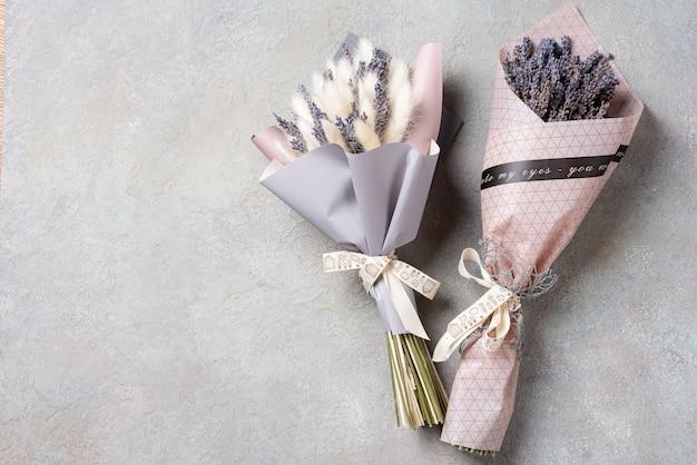 Deux bouquets de lavande et de lagurus dans le paquet