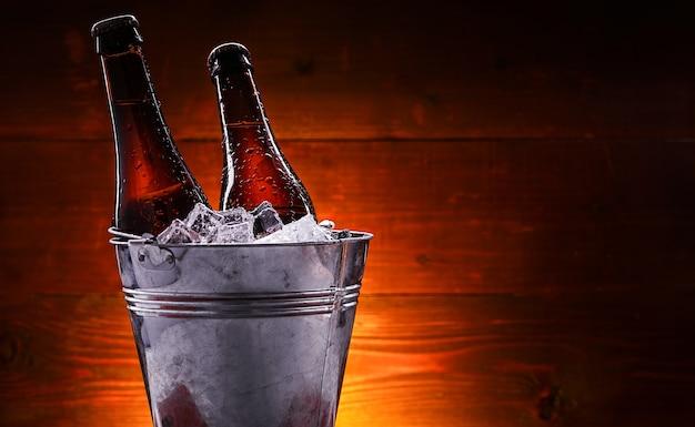 Deux bouteilles de bière dans un seau à glace