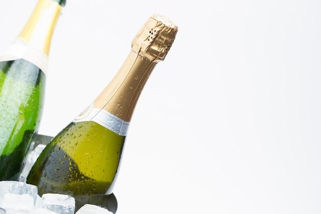 Deux bouteilles de champagne sur la glace