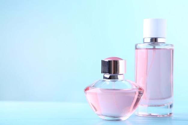Deux bouteilles de parfum sur bleu