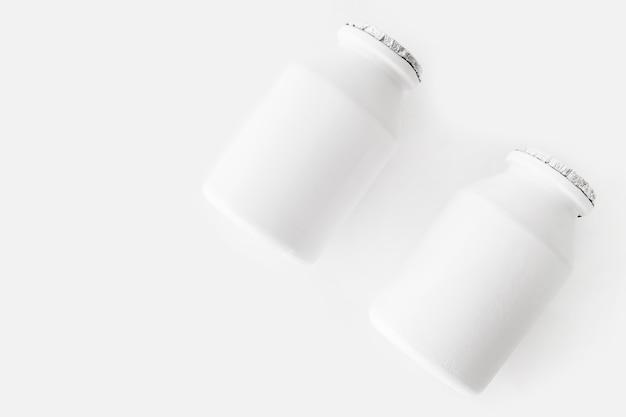 Deux bouteilles en plastique de produits laitiers