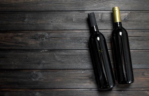 Deux bouteilles de vin rouge et blanc.