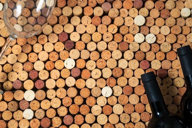 Deux bouteilles de vin se trouvent sur des bouchons de vin, arrière-plan de conception créative, espace pour le texte