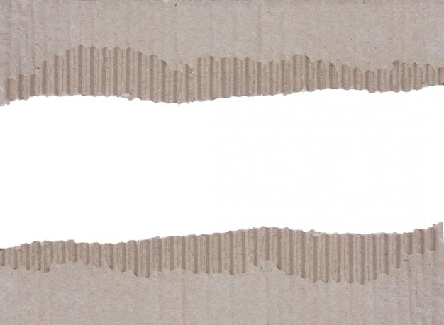 Deux bouts de fond de carton ondulé déchiré