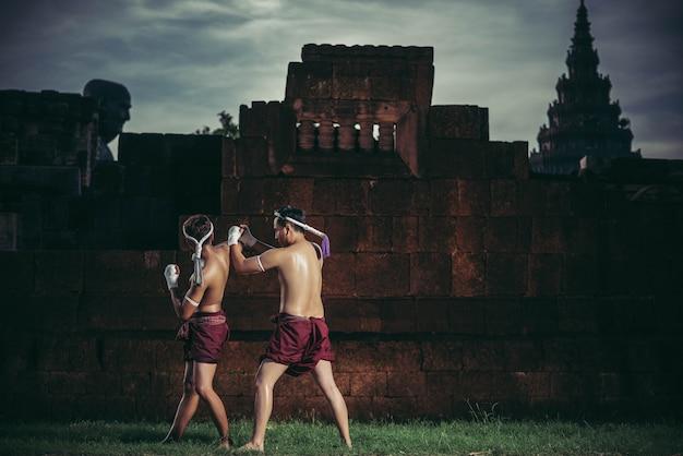 Deux boxeurs se battent avec les arts martiaux du muay thai.
