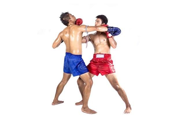Deux boxeurs thaïlandais exerçant l'art martial traditionnel, isolé sur fond blanc