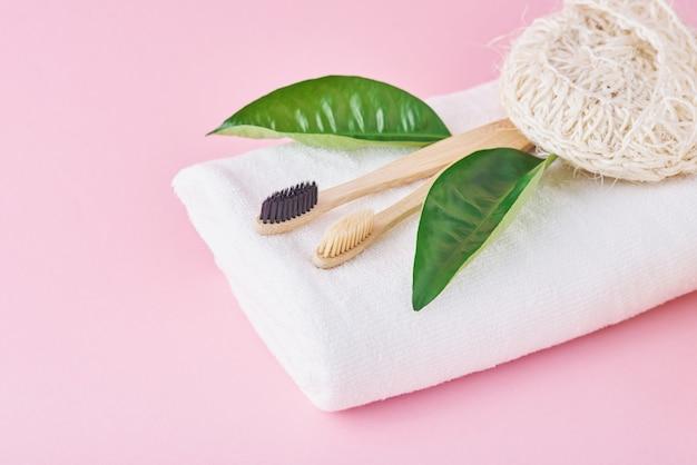 Deux brosses à dents en bambou écologiques, une serviette et un gant de toilette écologiques
