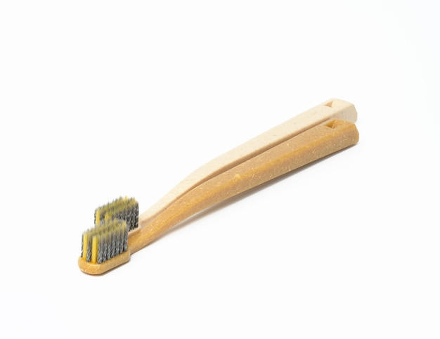 Deux brosses à dents en plastique sur une surface blanche, gros plan