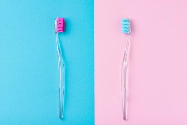 Deux brosses à dents en plastique