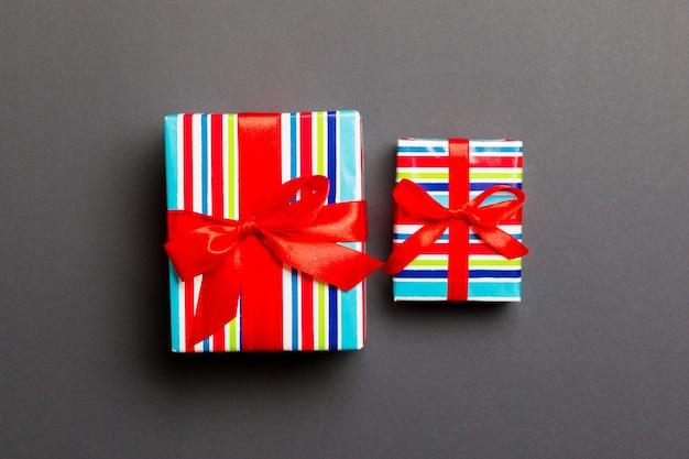 Deux cadeaux sur un mur gris