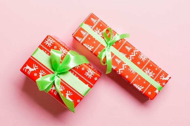 Deux cadeaux sur un mur rose, copiez l'espace pour la conception.