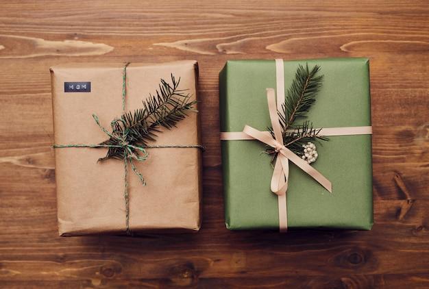 Deux cadeaux de noël sur la table