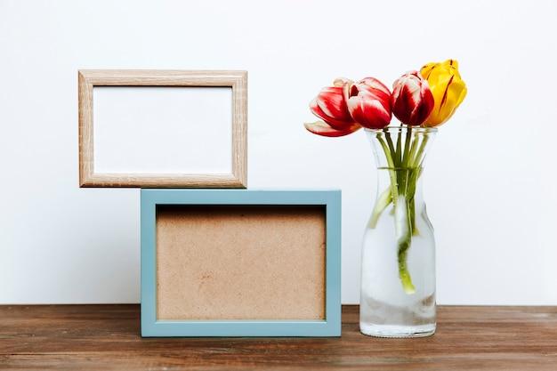 Deux cadres près de tulipes dans un vase