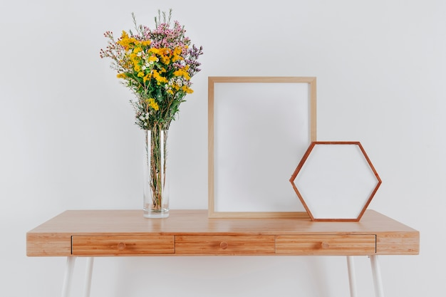 Deux cadres sur la table près du bouquet