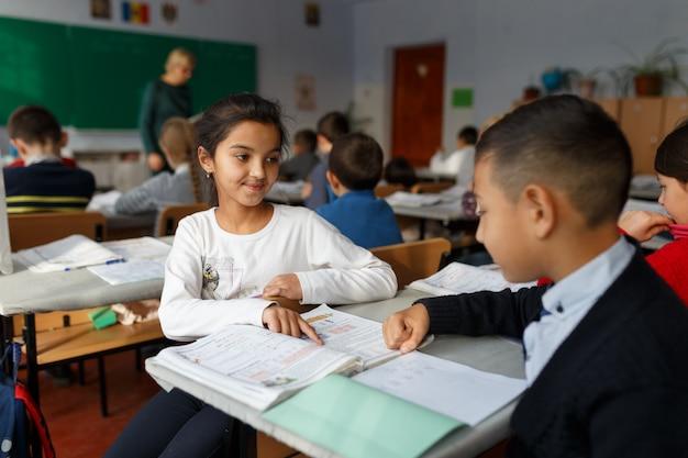 Deux camarades de classe discutant d'un problème à l'école