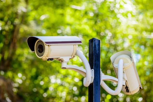 Deux caméras de vidéosurveillance