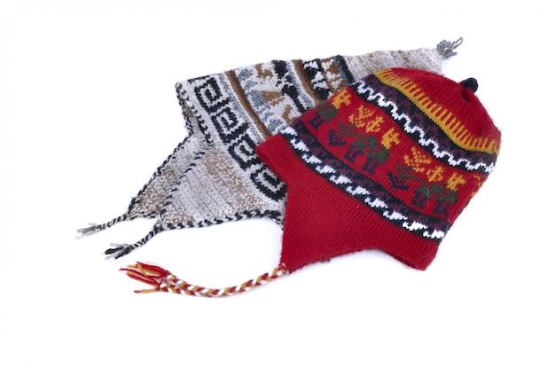 Deux casquettes péruviennes isolés sur fond blanc