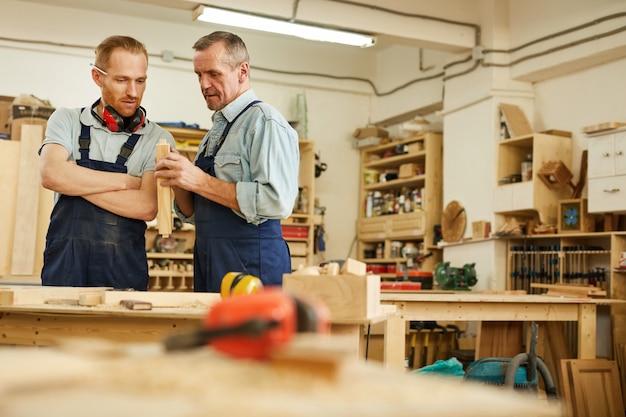 Deux charpentiers travaillant