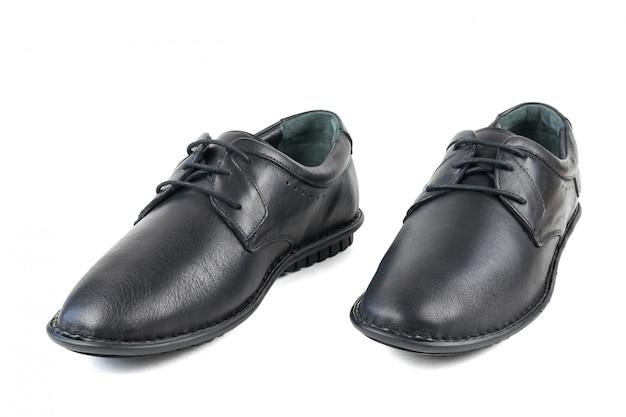 Deux chaussures mâles debout côte à côte, isolés on white