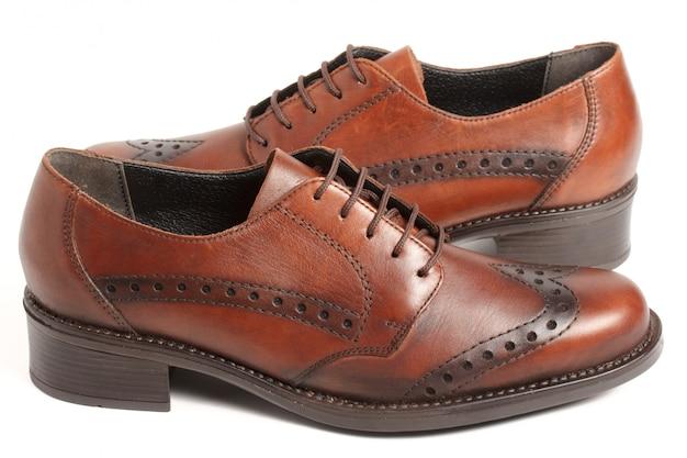 Deux chaussures marron isolés sur blanc