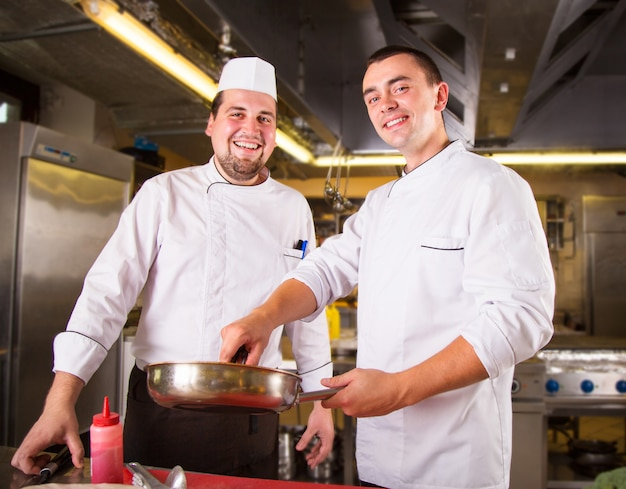 Deux chefs cuisinent ensemble