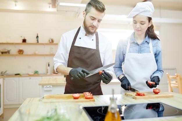 Deux chefs cuisiniers professionnels
