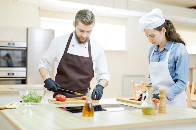 Deux chefs professionnels de cuisine au restaurant