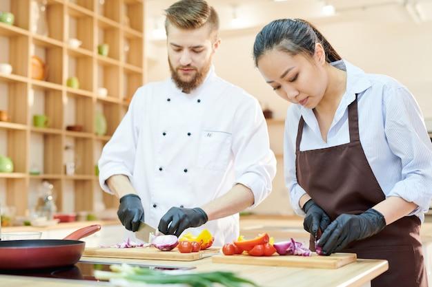 Deux chefs travaillant dans la cuisine
