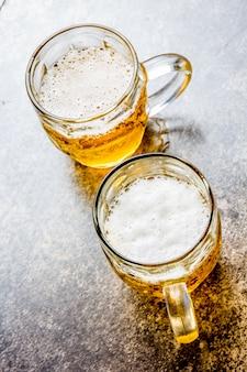 Deux chopes de bière sur pierre