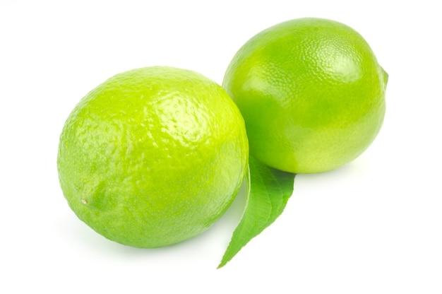 Deux citron vert avec feuille isolé sur blanc