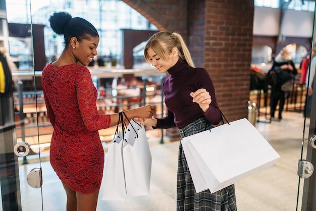 Deux clientes avec des sacs à provisions