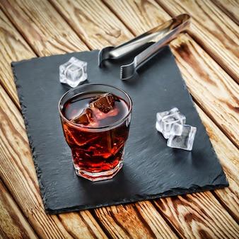 Deux cocktails alcoolisés avec de la glace.