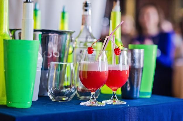 Deux cocktails aux cerises et les outils du barman