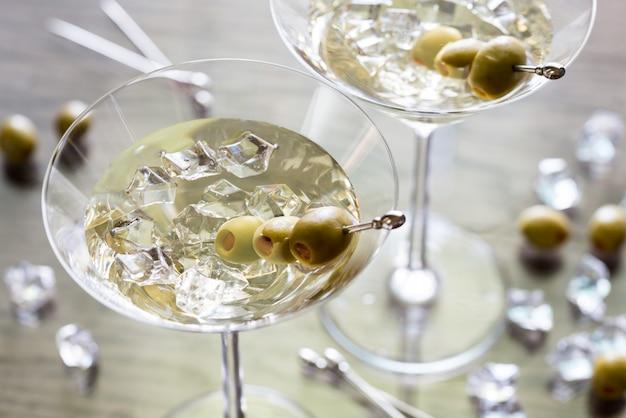 Deux cocktails aux olives