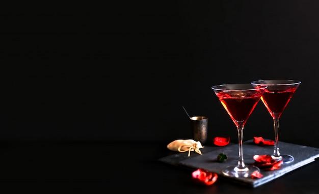 Deux cocktails cosmopolites dans un verre triangulaire