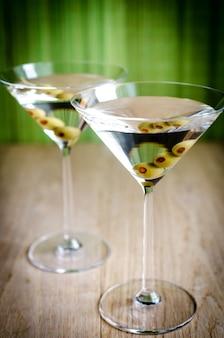 Deux cocktails martini aux olives se bouchent