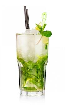 Deux cocktails mojito aux fruits de fraise et citron vert isolés