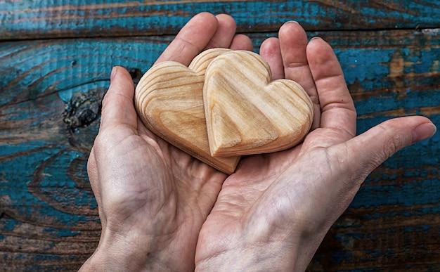 Deux coeur symbolique en bois dans vos mains
