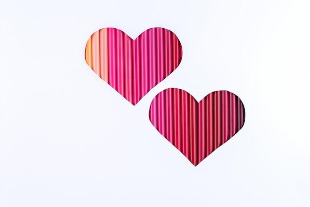 Deux coeurs dégradés rouges fabriqués à partir de crayons.