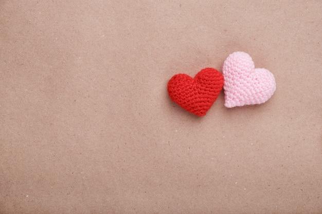 Deux coeurs faits main au crochet sur papier kraft