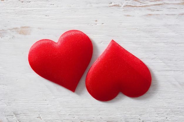 Deux coeurs rouges sur fond blanc