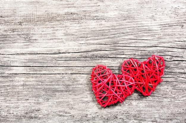 Deux coeurs rouges sur fond de bois vintage