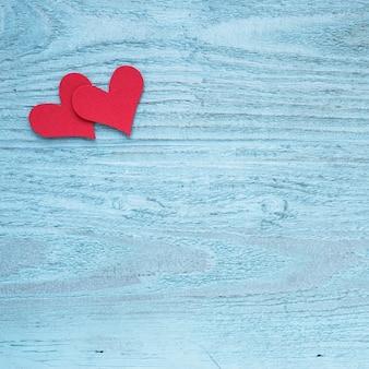 Deux coeurs rouges sur une table en bois