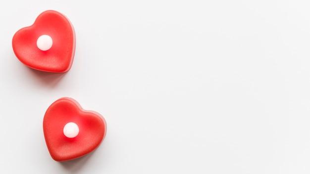 Deux coeurs rouges sur table avec copie-espace